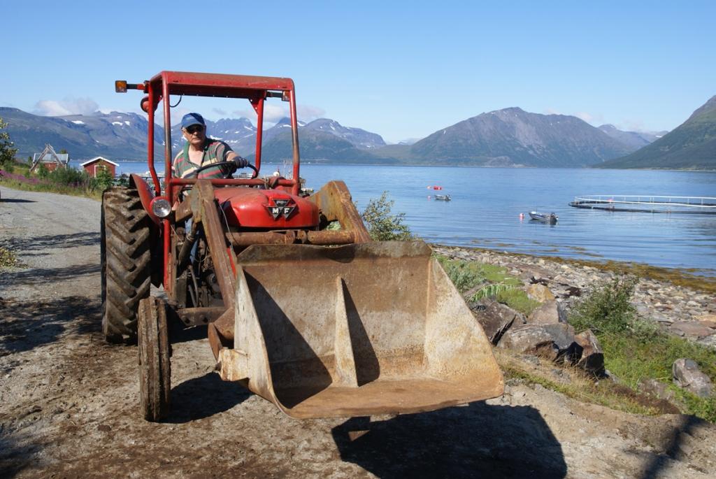 Odd med traktor. Foto: R.T. Enoksen