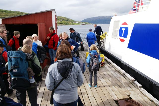 Torsdagsbåten fra Skjervøy har lagt til.      Foto: R.T. Enoksen
